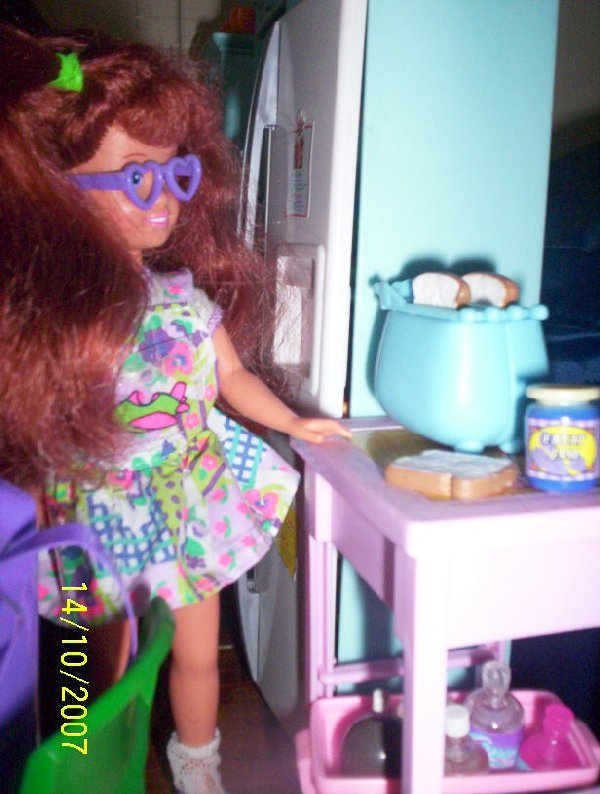 Polly Pocket Courtney makes toast.