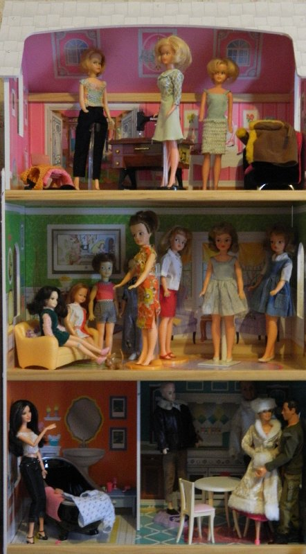 A busy afternoon in the Dollshouse