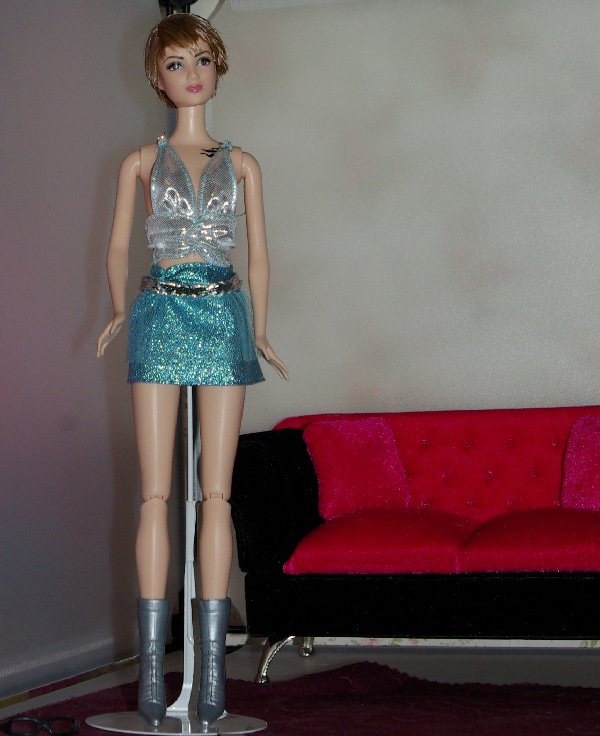 Tris in an outfit for clubbing.