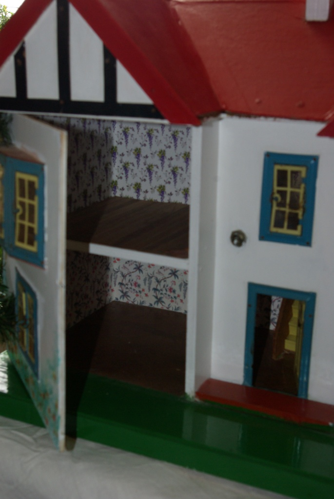 A peek inside the front opening dollshouse.