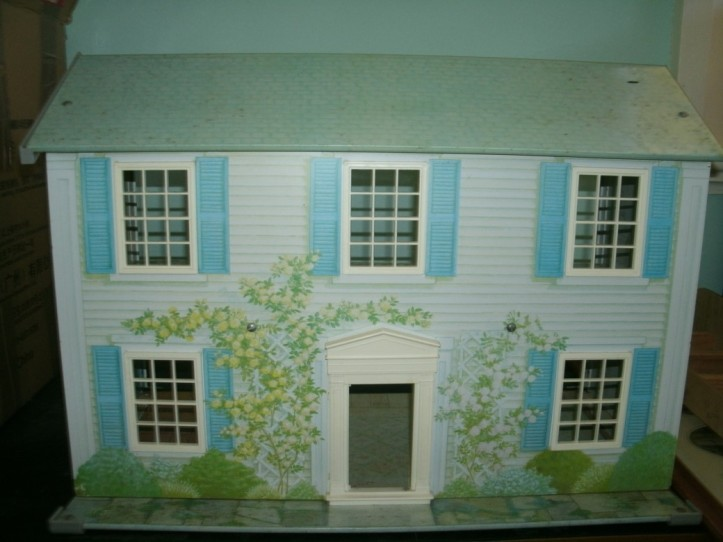 Roswwood Manor a tin litho dolls house by Today's Kids 1986